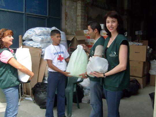 Voluntarios de Nueva Acrópolis participaron en la Campaña de donación de víveres para de los damnificados de la ola invernal en Colombia en colaboración con la Cruz Roja.